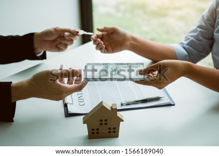 Home sales brokers and real estate investors are exchanging with investors being filing cash at the agent's hand. #1566189040
