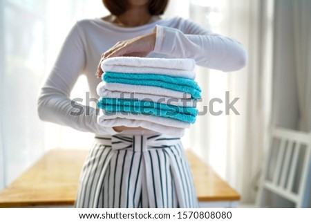 Towels are used to wipe the body after bathing. #1570808080