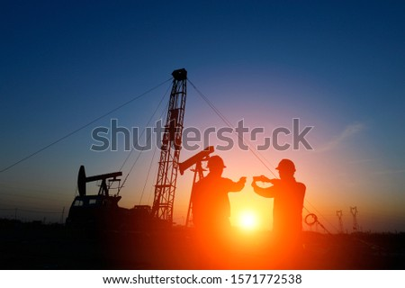 The oil workers in the job #1571772538