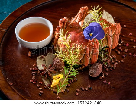 A pair of Chinese Yangcheng Lake hairy crabs