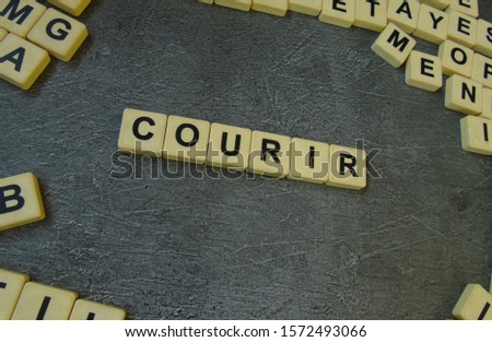 Courir, word cube with background. #1572493066