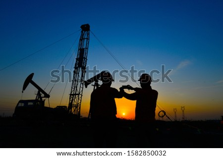The oil workers in the job #1582850032