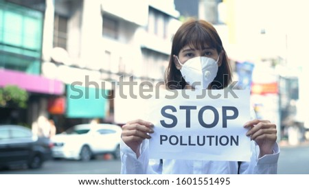 The girl wearing a mask is holding a sign indicating the message. #1601551495