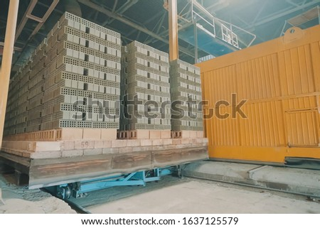 The brick is raw. Move raw bricks to the kiln. Brick production, hollow ceramic bricks factory. Brick production, bricks factory. #1637125579