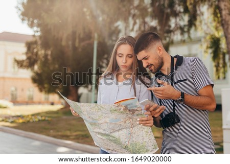 couple tourist exploring new city #1649020000