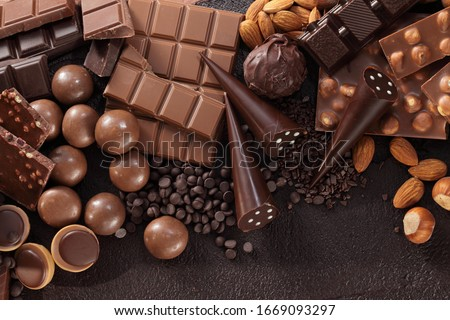 Chocolate pralines and chocolate bar pieces / Assortment of fine chocolates in white, dark, and milk chocolate. #1669093297