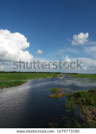 The green rivers of the village, like the green river, blend into the far sky.