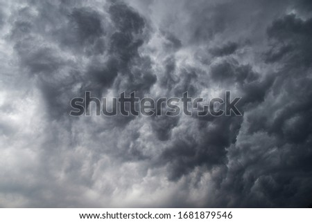 Picture of a dark gray cloud It's a warning sign that a rainstorm is coming.