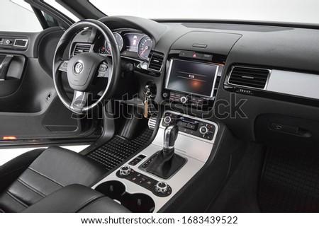 Volkswagen Touareg 2012 cockpit interior cabin details #1683439522