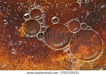 Picture of vegetable oil bubbles with bubbles of various sizes floating on the water surface