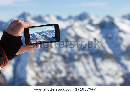 man photographed mountains in the smartphone