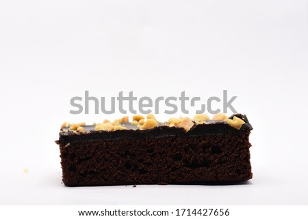 Picture of the side of the brownie cake