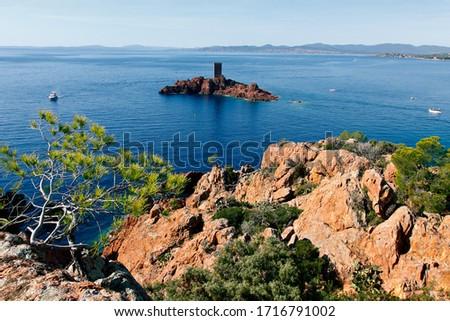 L'île d'Or, vue du Cap du Dramont , le Hameau de Saint-Raphaël situé dans le le Massif de l'Esterel; dans le département du Var et des Alpes-Maritimes , en région Provence-Alpes-Côte d'Azur, France #1716791002