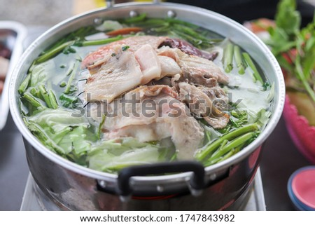 Take pictures of grilled pork on a hot pan.