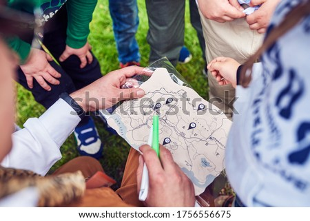 The animator, along with the children, is trying to solve the children's treasure map. A game for young children, in nature. Parents are free.