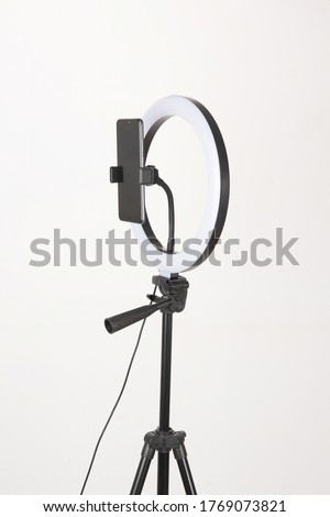 The photographic fill light is mounted on a tripod and is a device that many young people use to shoot vlogs and do live broadcasts.