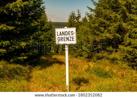A sign National border in German as text