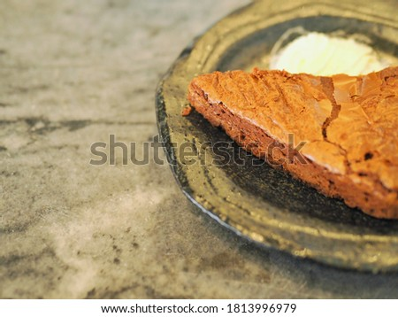 The picture of Brownie in the plate.