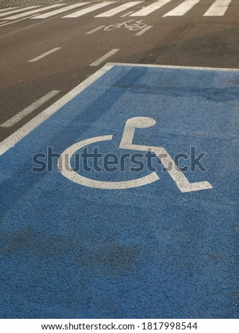 Lane marking for a wheelchair parking space