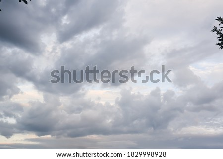 Picture of dark clouds, low light, flowing in the evening.