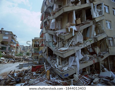08/17/1999: A huge earthquake in Istanbul, Turkey with 18373 deaths. #1844013403