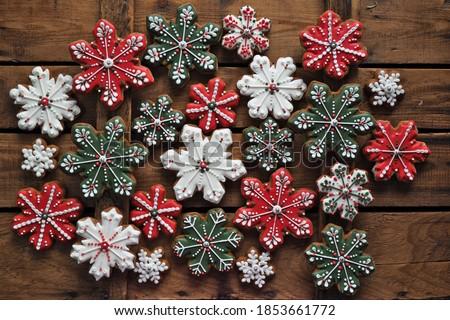 Gingerbread Snowflake cookies  on wooden background Lebkuchen-Weihnachtskekse auf Holzbraunem Hintergrund
