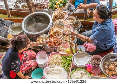 RATCHABURI, THAILAND - MARCH 17,2014 : Floating markets in Damnoen Saduak,Ratchaburi Province, Thailand. A traditional popular method of buying and selling still practiced in canals of Thailand. #186601226