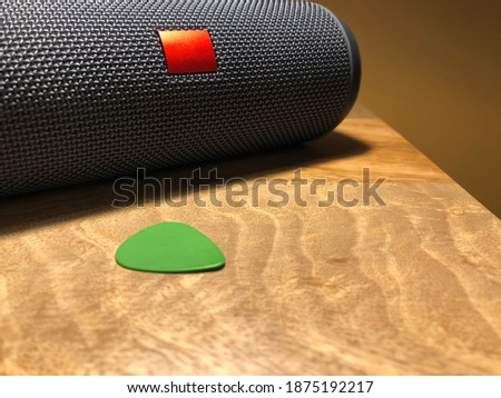 Speakers with a pic on a wooden desk