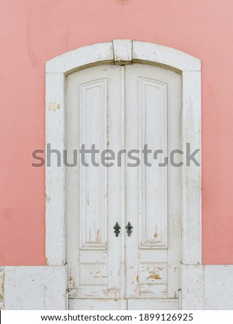 Lisbon has such beautiful old buildings. And to see the beautiful old doors, it's a dream for photography. Soon more details of these old doors will follow.