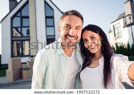 Photo portrait of happy family couple wife husband smiling outdoors new home after moving relocating