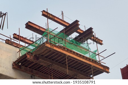 Steel scaffolding in the construction of tall concrete columns