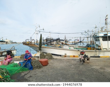 Scenery of fishing village, letters with 태성 on a fishing boat refers to boat's name. It means great success.