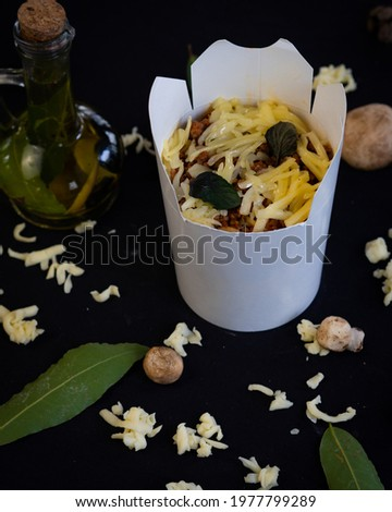 a picture of a foodplate prepared to be taken away