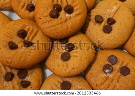 A picture of a plate of peanut butter cookies.