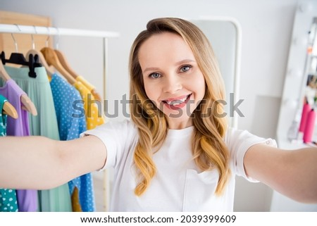 Photo portrait woman buying clothes in shopping mall taking selfie in camera