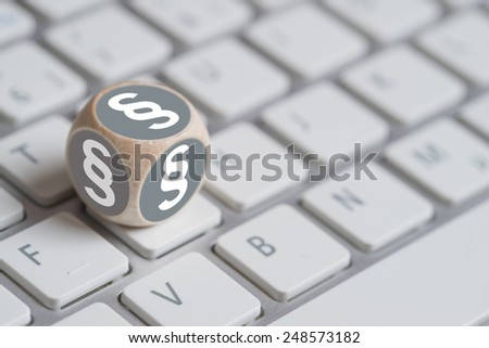little cube with paragraph symbol on a keyboard