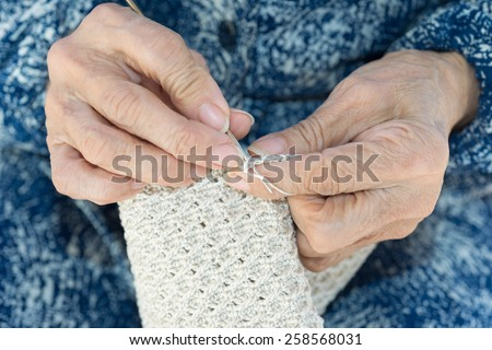 Detail of the hands of an elderly person crocheting #258568031