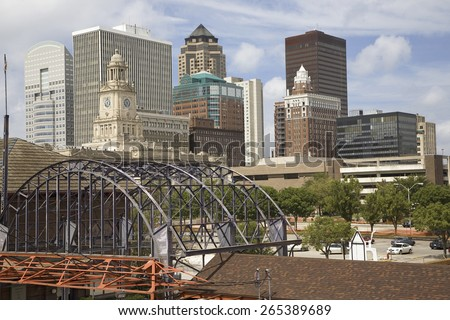 Old Railroad Station framing view of Des Moines skyline, capital of Iowa