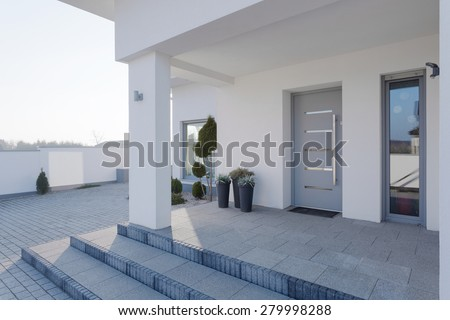 Modern entrance to the big white house Royalty-Free Stock Photo #279998288
