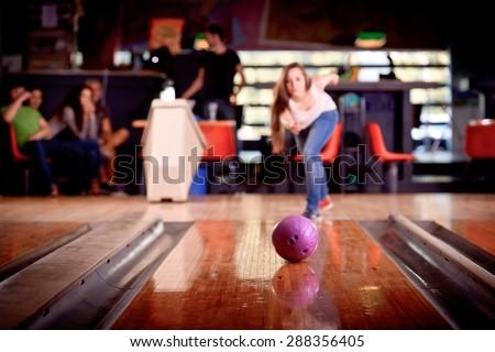giovane ragazza gioca a bowling