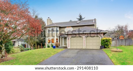 Traditional northwest house with driveway and garage. #291408110