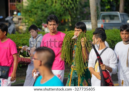 PHUKET, THAILAND - OKTOBER 2015: A typical scene of Thai Chinese worshipers waiting for the parade of the Phuket Vegetarian Festival in Phuket Town #327735605