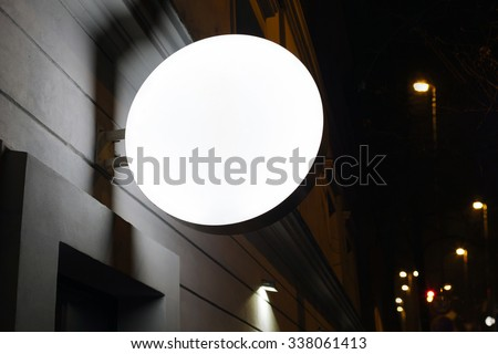 Photo blank signboard on the street at night