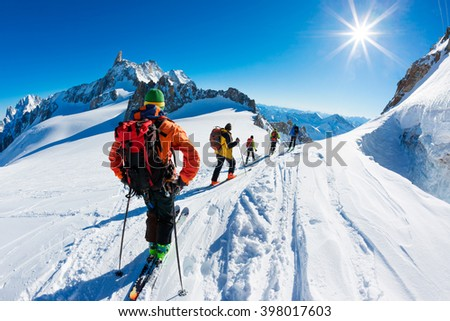 A group of skiers start the descent of Valle Blanche, the most famous offpist run in the Alps, Valle Blanche descent links Italy and France through the Mont Blanc Massif. Chamonix, France, Europe. #398017603