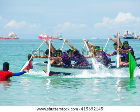 Labuan,Malaysia-Mei 2,2016:Undentified group of tug of war boat pose for camera during Labuan International Sea Challenge 2016 in the Labuan,Malaysia #415692145