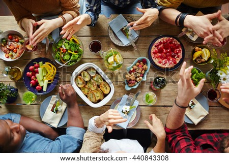 Dinner of friends #440843308