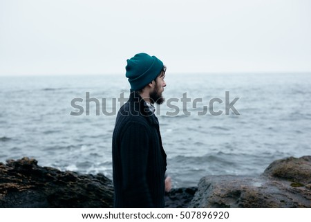 atmospheric pictures sailor at sea, where it goes on the rocks and surrounded by rocks