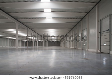 empty warehouse with high ceilings and white pillars #539760085
