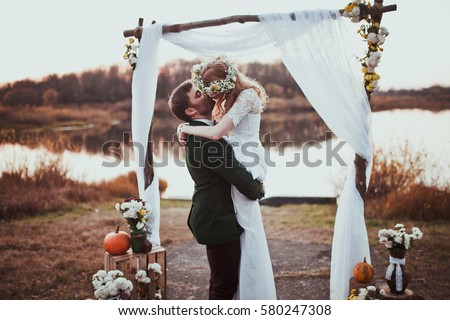 bride and groom on wedding ceremony on rustic autumn wedding Royalty-Free Stock Photo #580247308