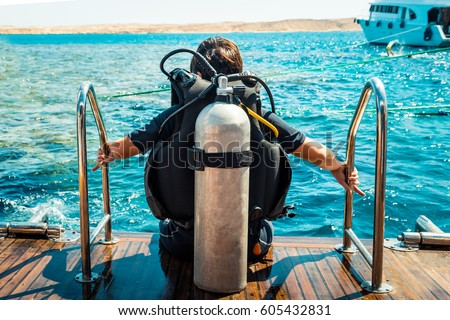 Scuba diver before diving. A diving lesson in open water. Royalty-Free Stock Photo #605432831